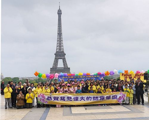 法国部分法轮功学员聚集在艾菲尔铁塔下的人权广场,庆祝法轮大法洪传世界二十五周年,同时向法轮功创始人李洪志先生恭祝生日快乐。(明慧网)