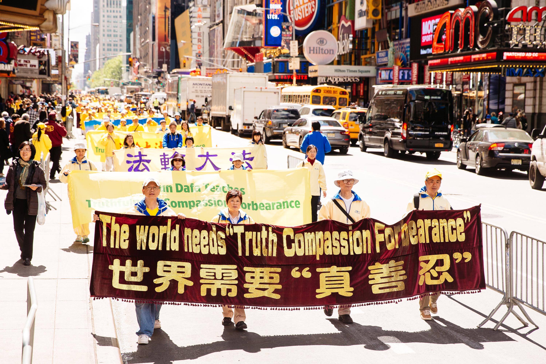 2017年5月12日,紐約上萬人舉行慶祝法輪大法弘傳世界25週年活動,並舉行橫貫曼哈頓中心42街的盛大遊行。(愛德華/大紀元)