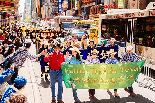 2017年5月12日逾万法轮功学员在纽约庆祝大法日,大游行场面壮观。(爱德华/大纪元)