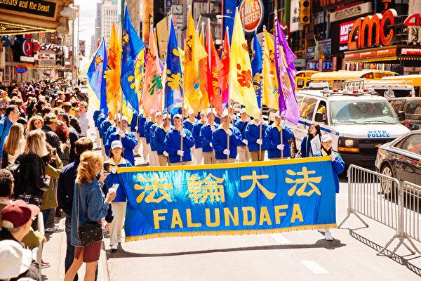 2017年5月12日逾萬法輪功學員在紐約慶祝大法日,大遊行場面壯觀。(愛德華/大紀元)