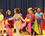 学生学跳世界各国舞蹈。(华德小学提供)