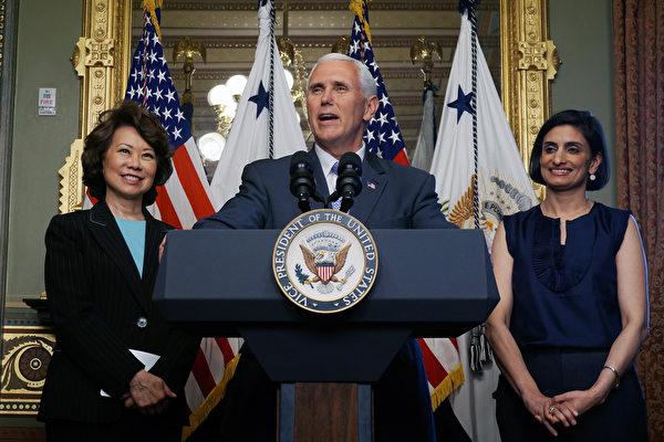 白宮在週三(17日)為亞太裔傳統月舉行慶祝活動。美國副總統彭斯(中)及交通部長趙小蘭(左)、川普政府醫療政策顧問魏瑪(右)等亞裔領袖出席並致辭。(王凱迪/大紀元)