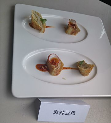 2017年温哥华台湾美食厨艺巡回讲座现场,两位名厨温国智与李建轩烹饪的美食展示。(邱晨/大纪元)