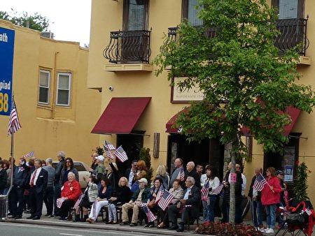"""5月29日,热情民众沿途观看小颈-道格拉斯顿""""阵亡将士纪念日""""大游行。(作者提供)"""