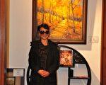"""画家何文高和她的作品""""五花山""""。(何文高提供)"""