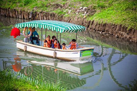 搭乘遊園電動船。(宜蘭縣政府提供)