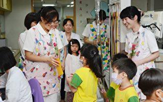 幼儿园小朋友手持着鲜花与手绘卡片给护理师们加油打气。(罗东博爱医院提供)