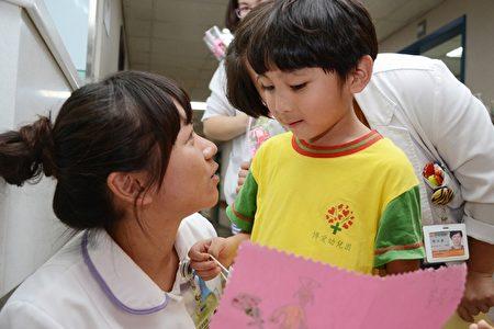 小朋友开心与妈妈分享卡片内容并祝福妈妈护师节快乐。(罗东博爱医院提供)