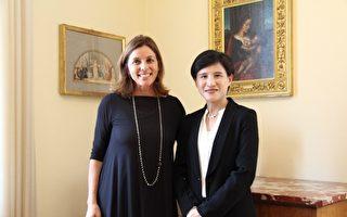文化部長鄭麗君(右)與梵蒂岡博物館長賈塔(Barbara Jatta)合影。(文化部提供)