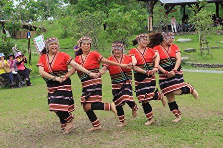 门诺漾文化艺术团表演。(中间舞者已84岁高龄)。(赖月贵/大纪元)