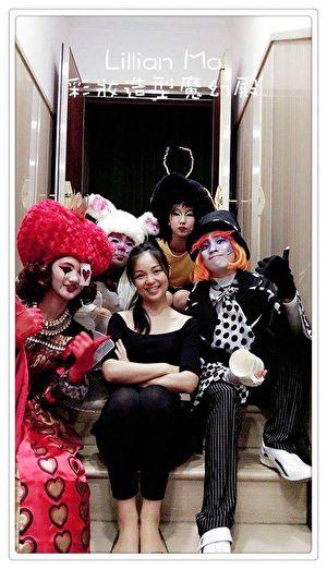 马家驹乐在工作,与儿童剧团团员开心合影。(马家驹提供)