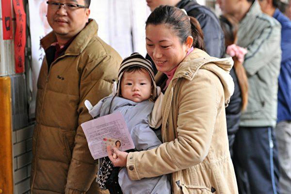 台灣目前除了面臨少子化、老年化外,晚婚族也日益增加,而初為人母有六成超過三十歲。(AFP)
