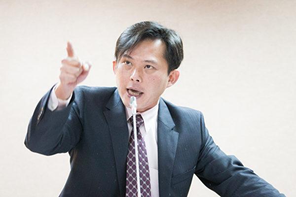 時代力量立委黃國昌在臉書上表示,很多年輕人可能最直接的回應是,「都快吃土了,還叫我買股?」反映出年輕世代普遍的低薪。(陳柏州/大紀元)