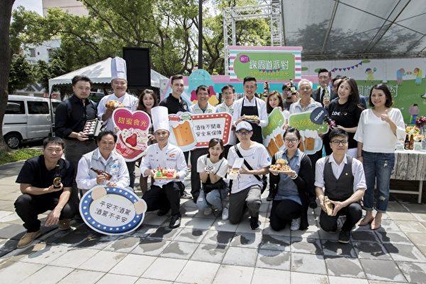 新竹的「經國綠園道」周末開甜點微醺派對,超過40間在地甜點名店與精釀啤酒商進駐,現場還有街頭藝人、爵士音樂等表演。(新竹市府提供)