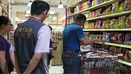 「鮮味先」點心涉嫌使用過期原料製作,消保官18日監督賣場下架相關商品。(高雄市政府衛生局提供)