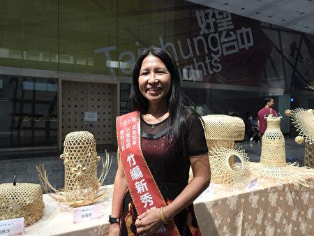 獲得竹編新秀第一名的徐碧霞表示,她學習竹編已有6年的時間,師承自國寶級大師李榮烈及徐暋盛,她獲獎的作品是「鐵樹開花」。(鄧玫玲/大紀元)