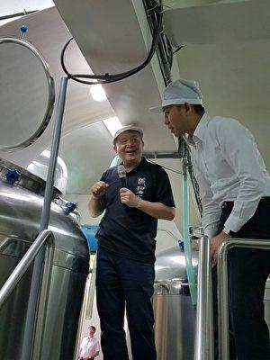 林智坚(右)参访酒厂董事长曾贻(左)连亲自接待并介绍酿酒流程。(林宝云/大纪元)