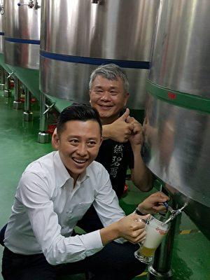 林智坚品尝啤酒。(林宝云/大纪元)