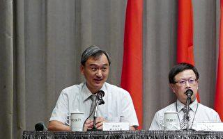 科技部次长、生医产业创新推动方案执行中心执行长苏芳庆(左)说明生医产业进展。右为财政部次长吴自心。(郭曜荣/大纪元)