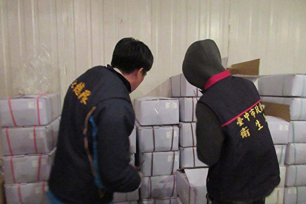 衛生、檢警單位前往查緝南屯區宏碩海產公司。(台中市衛生局提供)