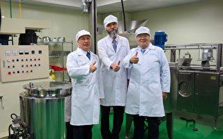 东欧立陶宛白色食品公司创办人游亚力(中),捐赠上千万机械设备,作为东海牛奶加工厂教学实习用途。(黄玉燕/大纪元)
