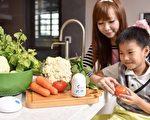 工研院新发表随手型智慧蔬果农药检测器,利用光谱分析技术可供家庭自主农药检测。(工研院提供)