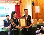 获得2017年南投县咖啡评鉴水洗组特等奖的馨晴咖啡黄美桃(左)接受颁奖。(国姓乡农会提供)