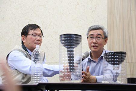 中兴大学昆虫系教授杜武俊(右1)教民众制作捕蚊神器。(疾管署/提供)