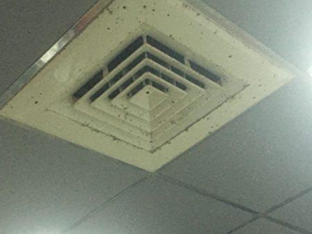 食药署稽查发现,有业者的制作环境不洁.天花板空调出风口有脏污。(食药署/提供)
