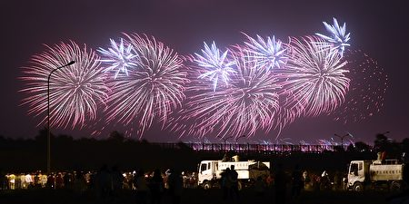 今年双十国庆烟火,将于台东县施放。图为2014年国庆烟火。(苏玉芬/大纪元)