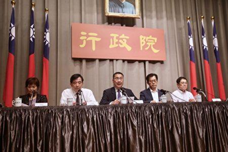 內政部次長林慈玲(左)「社會團體法」立法後,成立社會團體將從立法前的6道程序,大幅簡化為2道。(中央社/提供)