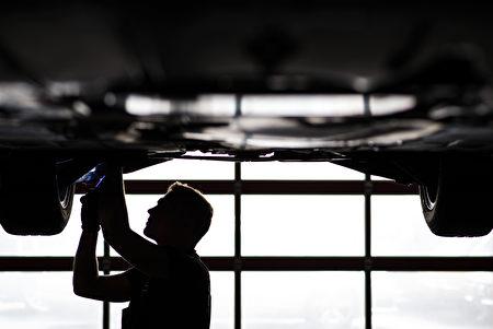 台經院公布三大產業4月營業氣候測驗點,製造業連續下滑4個月,營建業連續下滑2個月,服務業維持不變。/AFP