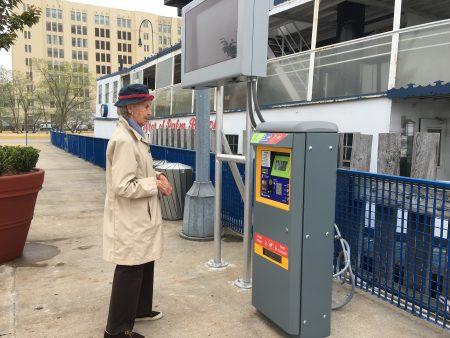 安妮(Anne)已經住在布碌崙幾十年了,早上看新聞的時候才知道這邊有新輪渡了,所以專程走過來看看。她還順利的用自動售票機買到了票。