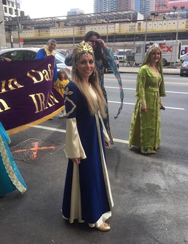 伊朗法轮功学员Anita Karian在5月12日纽约庆祝大法日游行中。(施萍/大纪元)