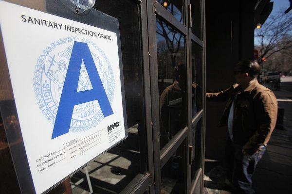 有专家及华人业内人士认为,餐馆分级检查的过程和标准不太合理。 (Mario Tama/Getty Images)