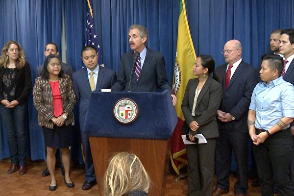 洛杉矶市总检察长麦克·福耶尔(Mike Feuer)在5月10日新闻发布会现场。(李子文/大纪元)