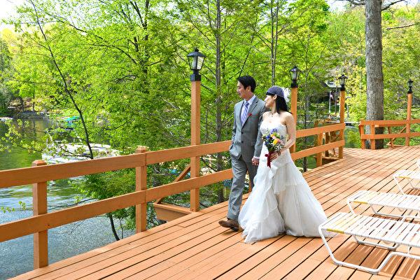 一对夫妇在此举行婚礼。(大纪元)