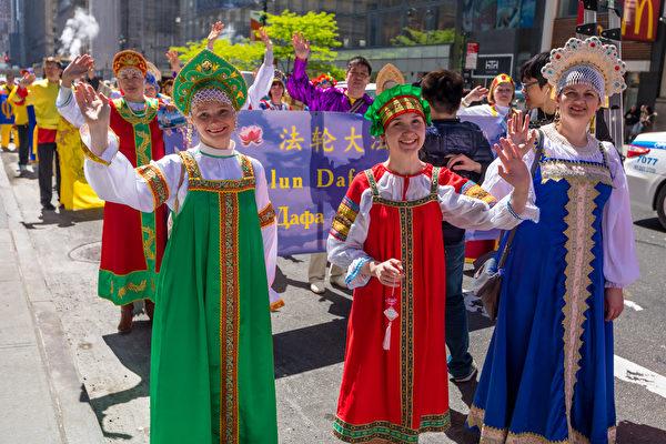 2017年5月12日,纽约万人庆祝法轮大法日,大游行队伍横跨曼哈顿。(Mark Zou / 大纪元)