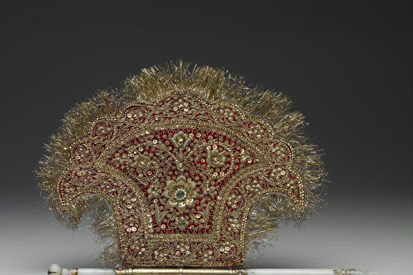 故宮南院專題展廳推出「來自天方的仙工—南亞美玉」特展,圖為《玉柄斧形金絲扇》。(國立故宮博物院提供)