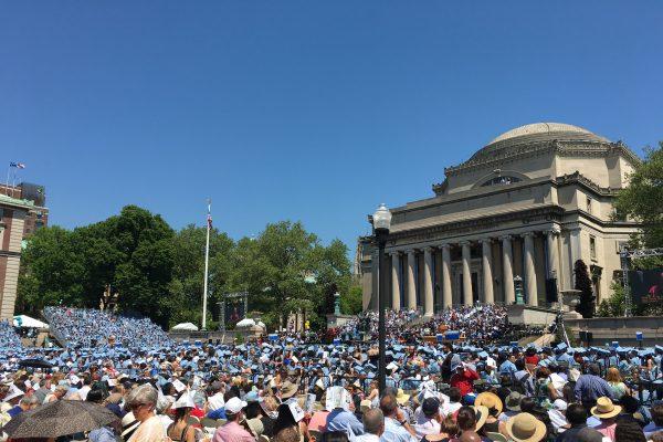 昨天,哥大第263届毕业典礼在曼哈顿如期举行,近1万5千名学生在观礼台上,准备跟学生身份告别。 (于佩/大纪元)