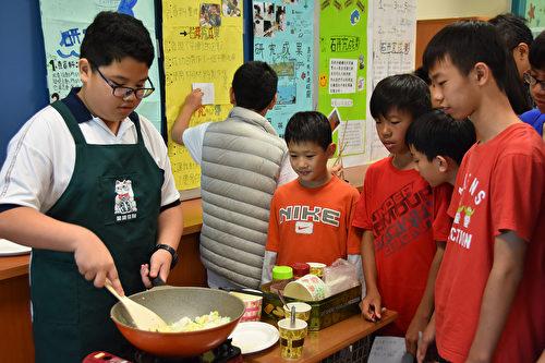 """""""康桥Time""""自主学习课程的研究主题,依孩子的兴趣不设限类别,包括自然科学、家政、体育、数学逻辑、语文、艺术人文等各类。如有同学研究炒饭好吃的秘诀,分析使用不同锅具和变换食材的影响。(新竹康桥国际学校提供)"""