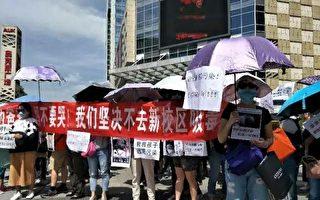 成都實驗外國語學校的學生家長數百人,聚集在市教育局門外集會抗議,避免裝修污染影響孩子們的健康。(媒體人提供)