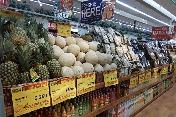 汉阳超市每月一号的买一赠一活动包括500中商品,有肉、蛋、海鲜、大米、新鲜蔬果,和韩国知名品牌零食和各种日用品等。(韩慧林/大纪元)