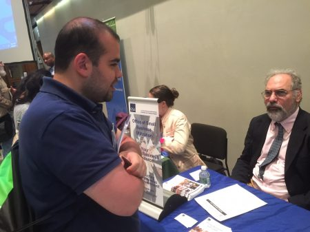 """土耳其小生意主伊吉特在5月22日纽约商业图书馆的""""联邦资源展会""""上。"""