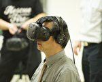 國發會將於下周COMPUTEX上推台灣ARVR創新應用互動展,向國際買家展現台灣AR/VR優勢,照片為國發會副主委龔明鑫親自體驗虛擬實境的應用。(照片為國發會提供)