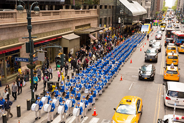 2017年5月12日,纽约上万人举行庆祝法轮大法弘传世界25周年活动,并举行横贯曼哈顿中心42街的盛大游行。(艾文/大纪元)