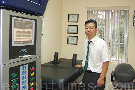 在纽约法拉盛执业的韩裔脊骨神经专科医师裴鹤树(Dr. Hak Soo Bae)有20年的执业经验,从2006年起他开始使用DRX9000脊椎减压治疗仪。裴医生介绍,脊椎减压治疗工作原理不复杂,治疗过程也很安全。(图/大纪元)