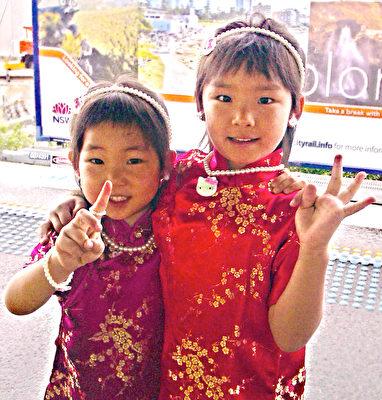 可爱姊妹花伊炫(左)与姐姐伊婷(右)的旗袍装扮。(Gloria提供)