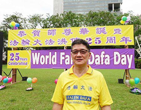 新加坡人白德成先生五年前喜得法輪大法。他從心底裡感恩大法的慈悲救度,使自己終於擺脫40年的賭癮而重獲新生。(Tony /大紀元)