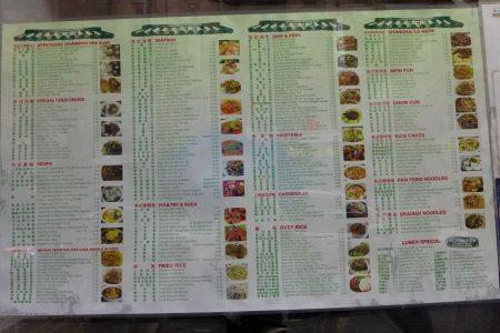 纽约唐人街中餐馆贴在门口的菜单。 (蔡溶/大纪元)